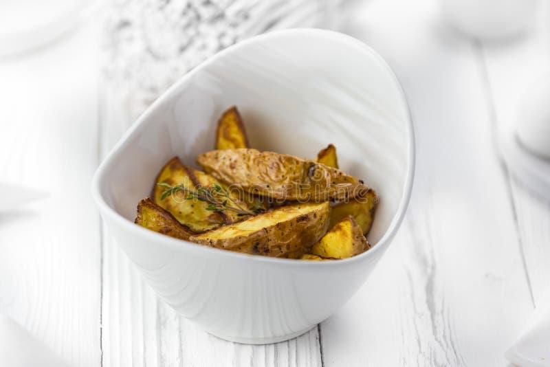 Fatias finas de batata fritada picante em uma bacia foto de stock royalty free