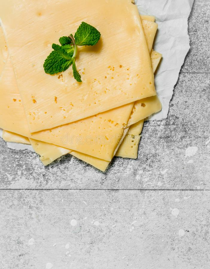 Fatias finas de queijo com um ramo da hortelã fotos de stock