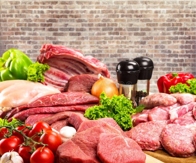 Fatias frescas da carne crua no fundo da tabela foto de stock royalty free