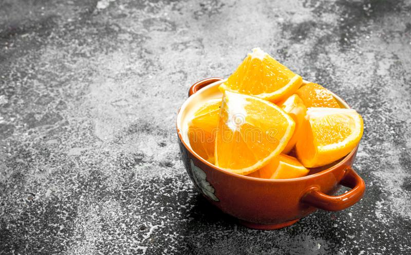 Fatias frescas de laranjas em uma bacia imagens de stock royalty free