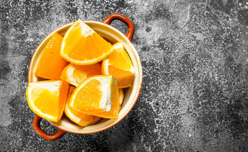 Fatias frescas de laranjas em uma bacia imagem de stock