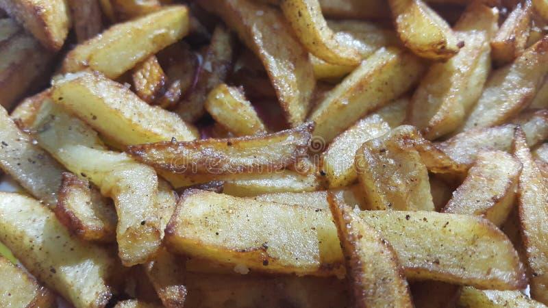 Fatias fritadas ou roasted da batata no fundo limpo com espaço da cópia para o texto fotos de stock