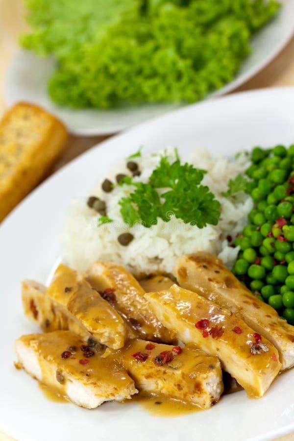 Fatias grelhadas de carne do peru com ervilha verde e r imagens de stock royalty free