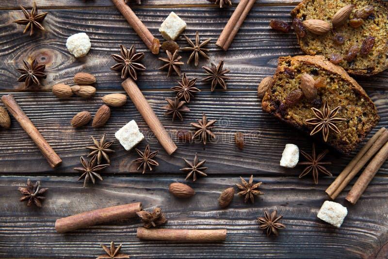 Fatias picantes caseiros do bolo da abóbora com nozes, açúcar mascavado, imagens de stock