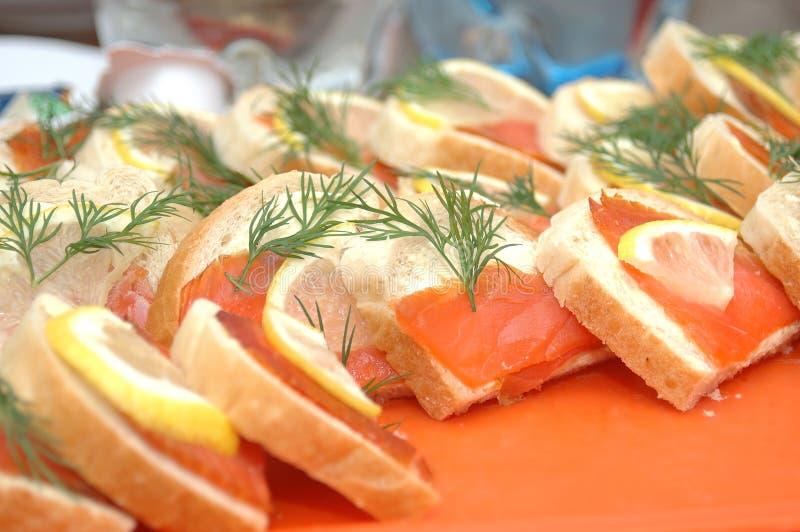 Fatias Salmon do pão imagens de stock
