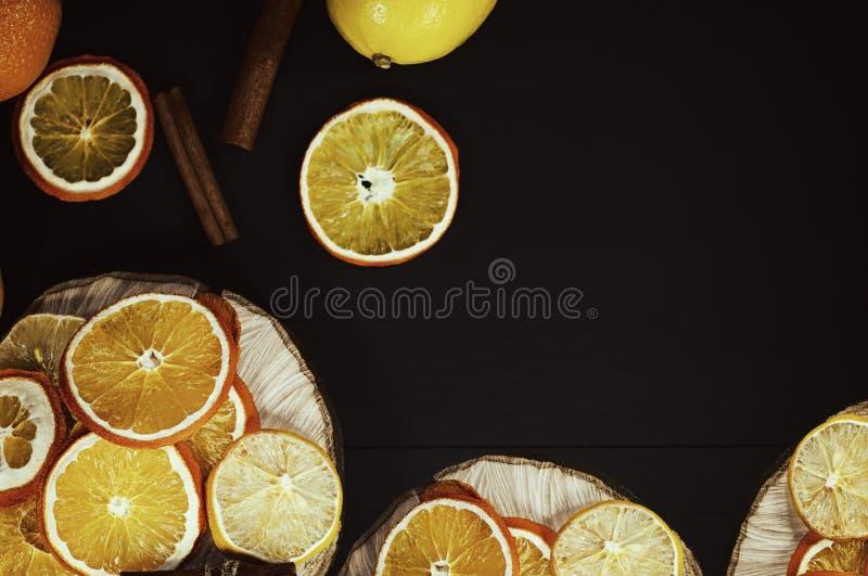 Fatias secadas de laranja e de limão em uma superfície de madeira imagem de stock