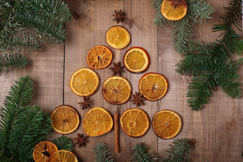 Fatias secas de laranjas que encontram-se na tabela Ornamento decorativo C fotografia de stock
