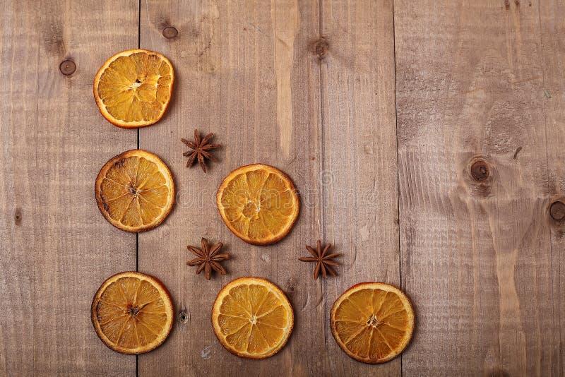 Fatias secas de laranjas que encontram-se na tabela Ornamento decorativo C imagens de stock royalty free