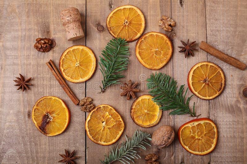 Fatias secas de laranjas que encontram-se na tabela Ornamento decorativo C foto de stock royalty free