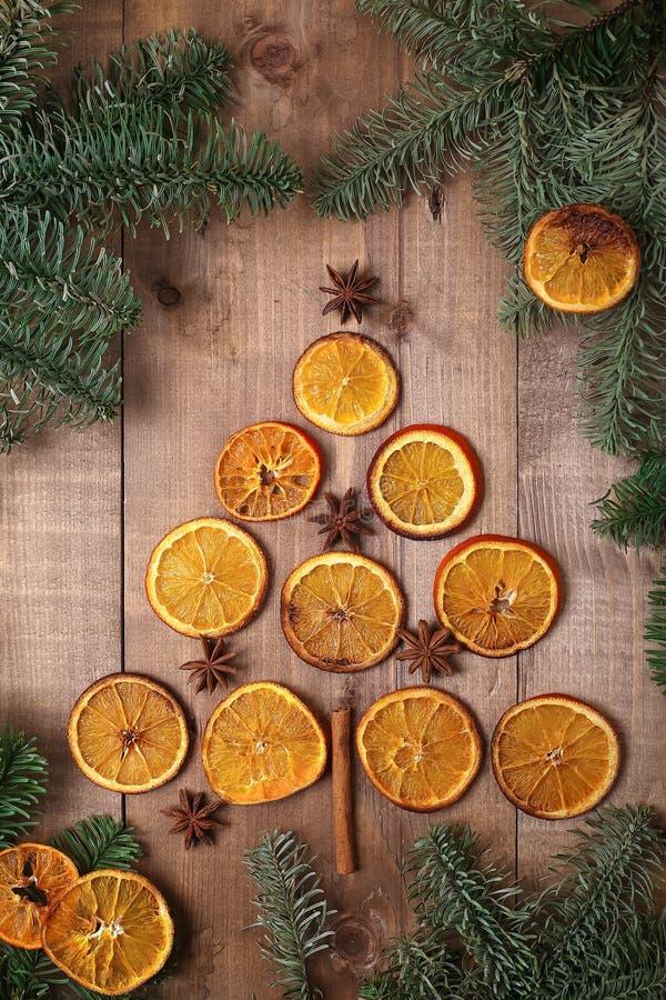 Fatias secas de laranjas que encontram-se na tabela Ornamento decorativo C fotos de stock royalty free