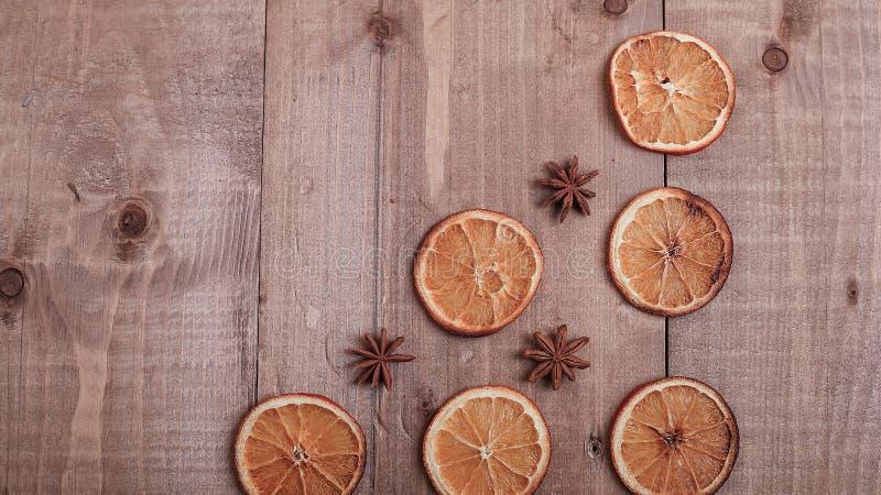 Fatias secas de laranjas que encontram-se na tabela Ornamento decorativo C imagens de stock