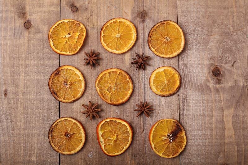 Fatias secas de laranjas que encontram-se na tabela Ornamento decorativo C foto de stock