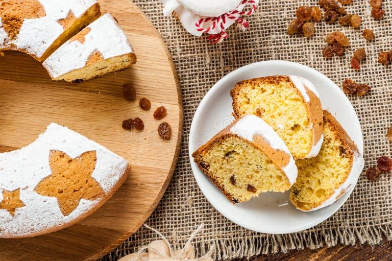 Fatias tradicionais caseiros do bolo do fruto na placa branca decorada imagens de stock royalty free