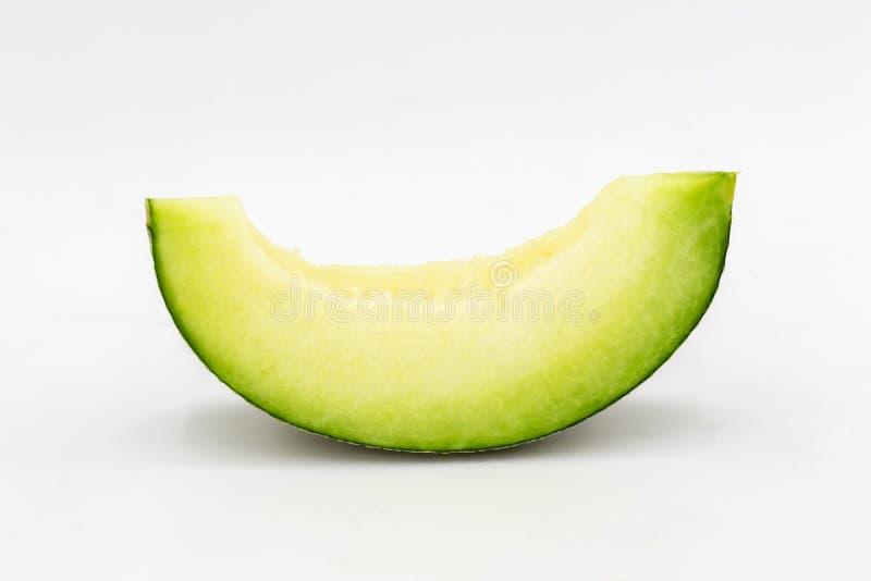 Fatias verdes do melão isoladas no fundo branco imagens de stock