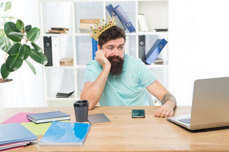 Fatigué de la grandeur Chef de service Entrepreneur barbu d'homme d'affaires de directeur d'homme utiliser la couronne d'or Tête  photos stock