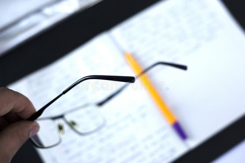Fatigue et fatigue oculaire aux employ?s de bureau de concept le directeur niveau moyen fatigu? dans le lieu de travail a enlev?  photographie stock