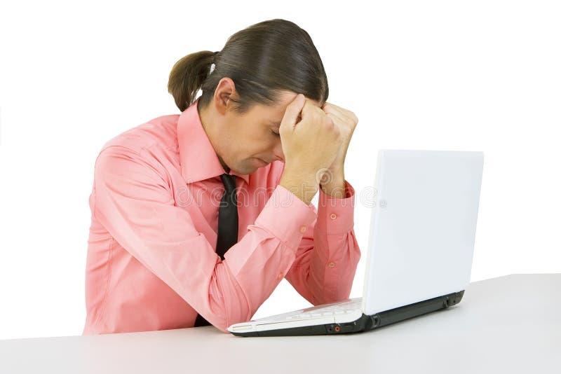 Fatigue : jeune homme avec l'ordinateur portable au-dessus du fond blanc photo stock