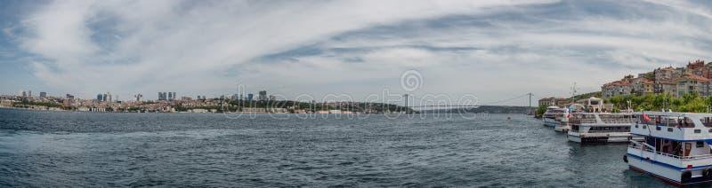 Fatih Sultan bro som korsar Bosporus i Istanbul, Turkiet arkivbild