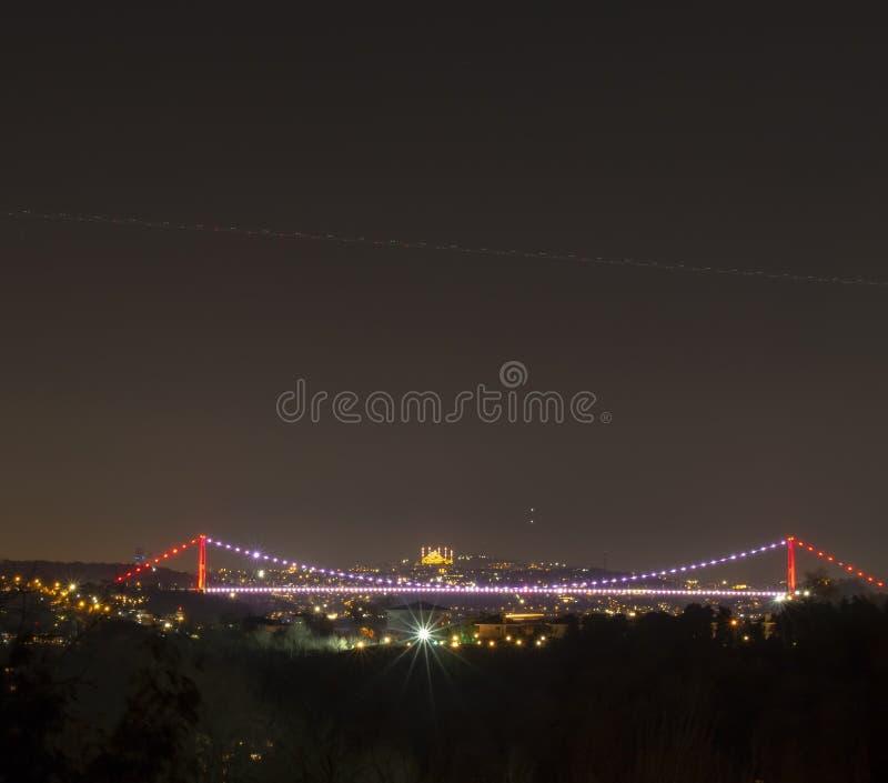 Fatih Sultan Mehmet-Brücke und Camlica-Moscheennachtzeitansicht lizenzfreie stockbilder