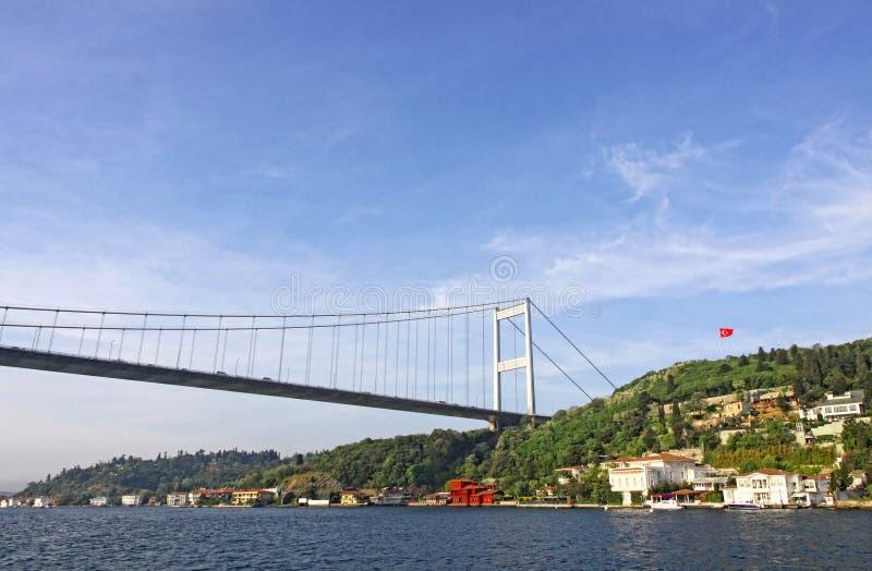 Fatih Sultan Mehmet Bridge über Bosphorus-Straße in Istanbul stockfotos