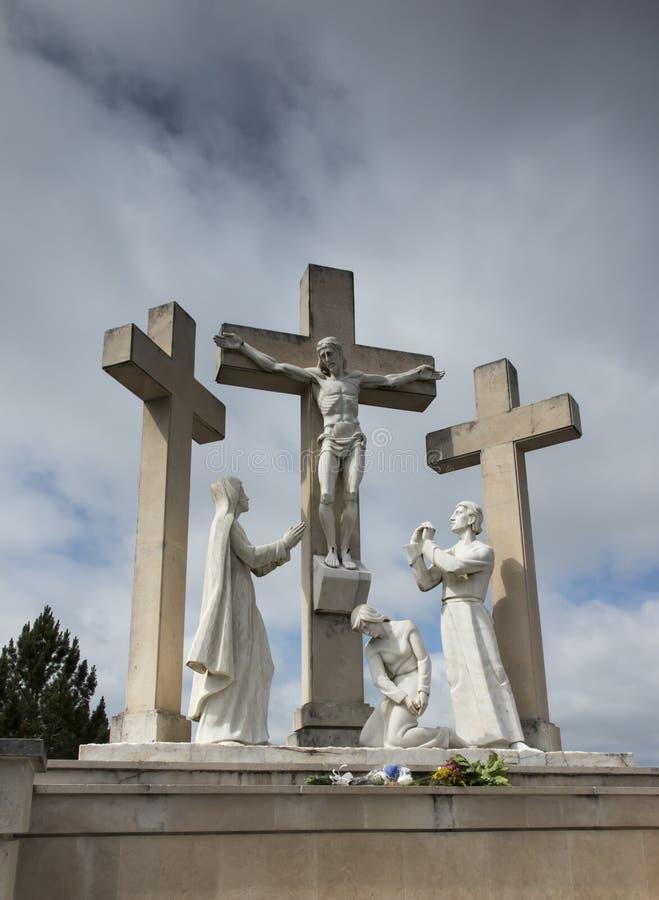 Fatima, Portugal, o 12 de junho de 2018: A maneira da cruz na maneira imagem de stock royalty free