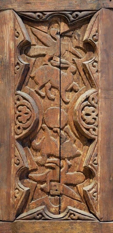 Fatimid-Äraart gravierte die Holzverkleidung, die mit Tier basierten Dekorationen innerhalb der geometrischen und Blumenmuster ve lizenzfreies stockfoto