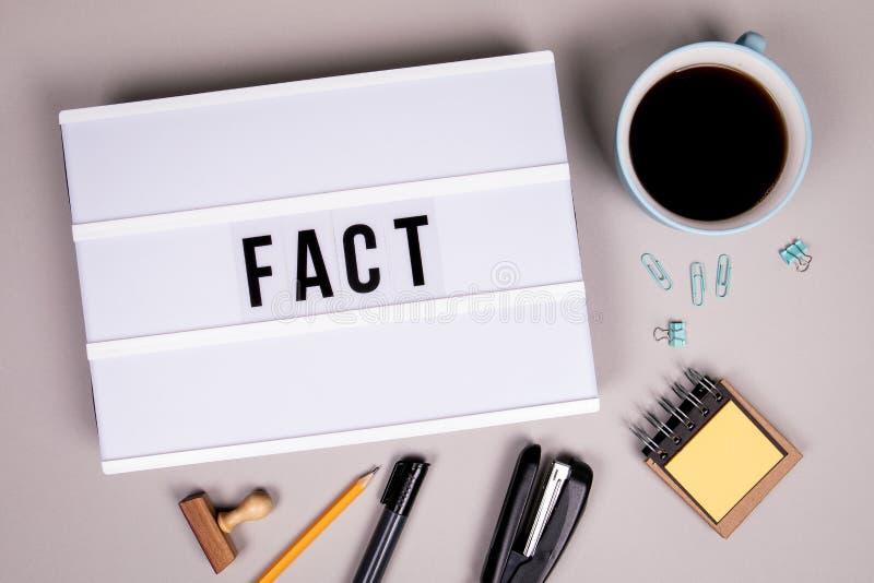 Fato, mídia social, notícias, falso e conceito de negócios imagens de stock royalty free