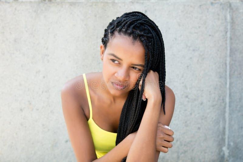 Fattig afrikansk amerikankvinna med dreadlocks arkivfoton