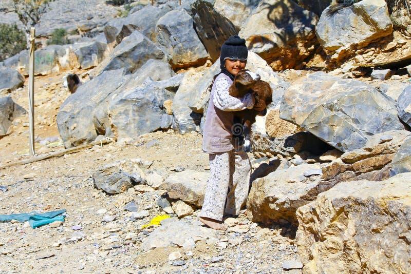 Fattig beduinflicka med geten arkivfoton