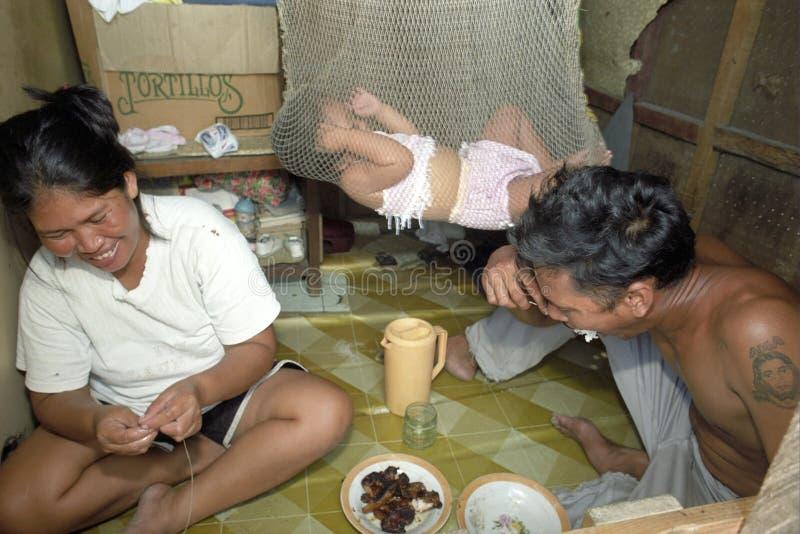 Fattig filippinsk familjuppehälle i slumkvarteret Packwood, Manila royaltyfria bilder