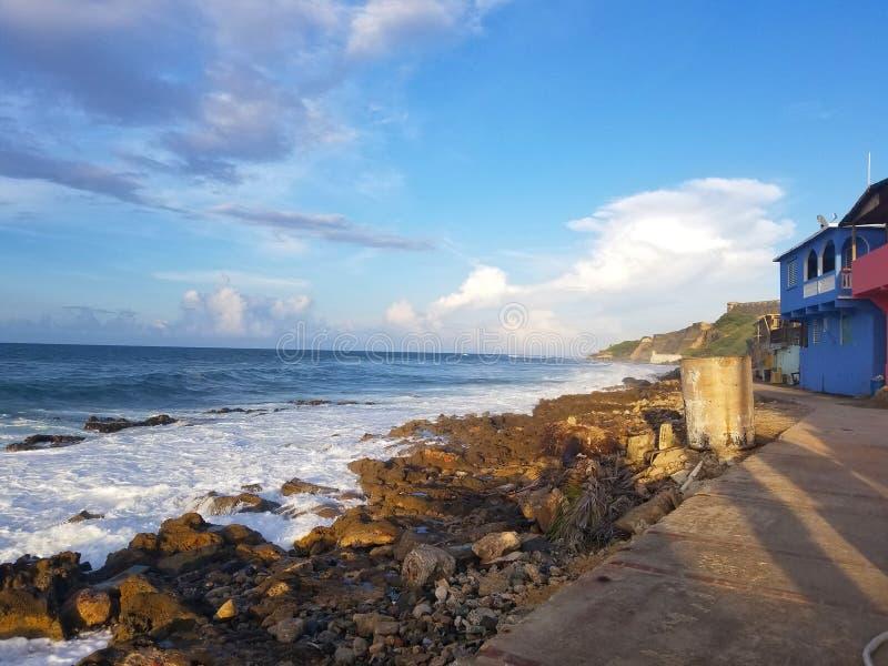 Fattig gemenskapuppehälle för Oceanfront på en berglutning bredvid royaltyfria bilder