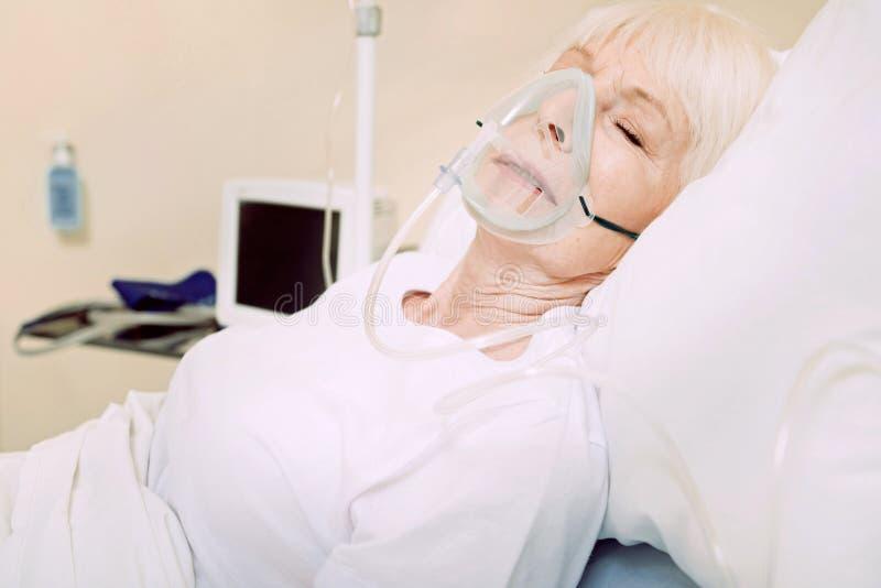 Fattig hög dam som bär respiratorisk service på sjukhuset arkivfoton