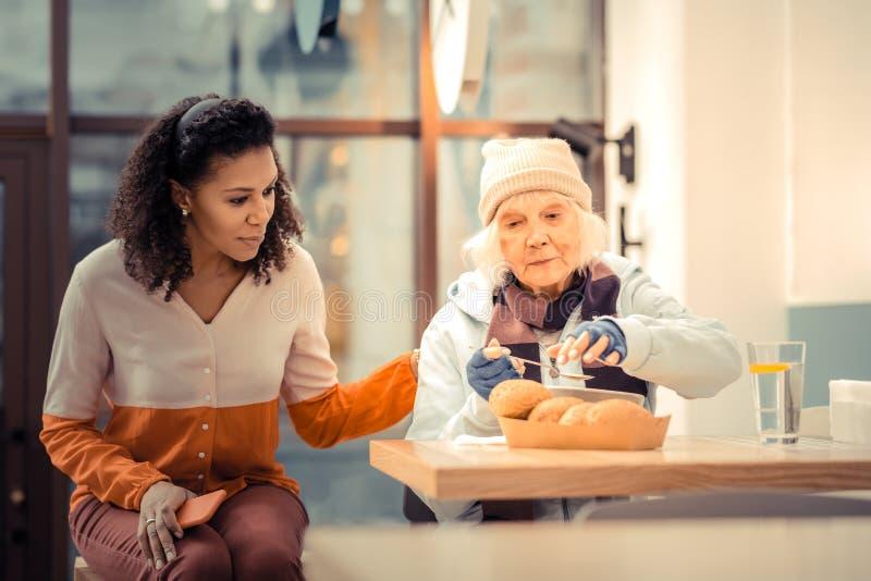 Fattig hungrig kvinna som önskar att äta hennes lunch royaltyfri foto