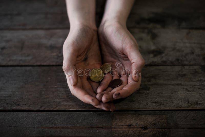 Fattig kvinna med mynt royaltyfri bild