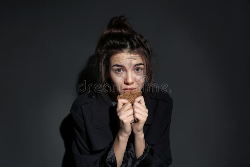 Fattig kvinna med stycket av bröd royaltyfri bild