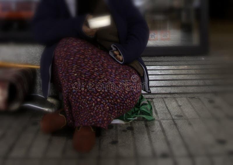 Fattig kvinnaallmosa arkivbilder