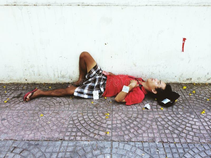 Fattig man som sover på gatan arkivfoton