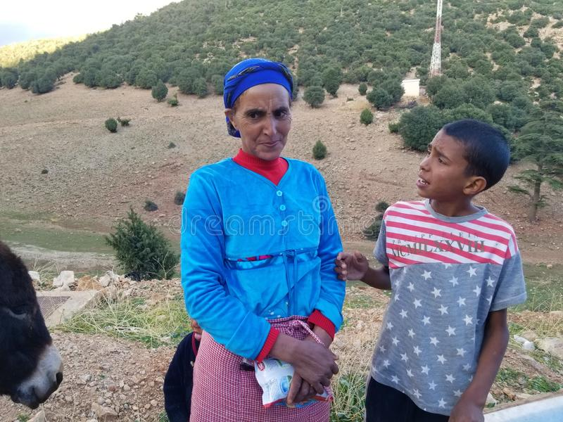 Fattig ( mindre fortunate) familj i nordliga Marocko arkivbilder