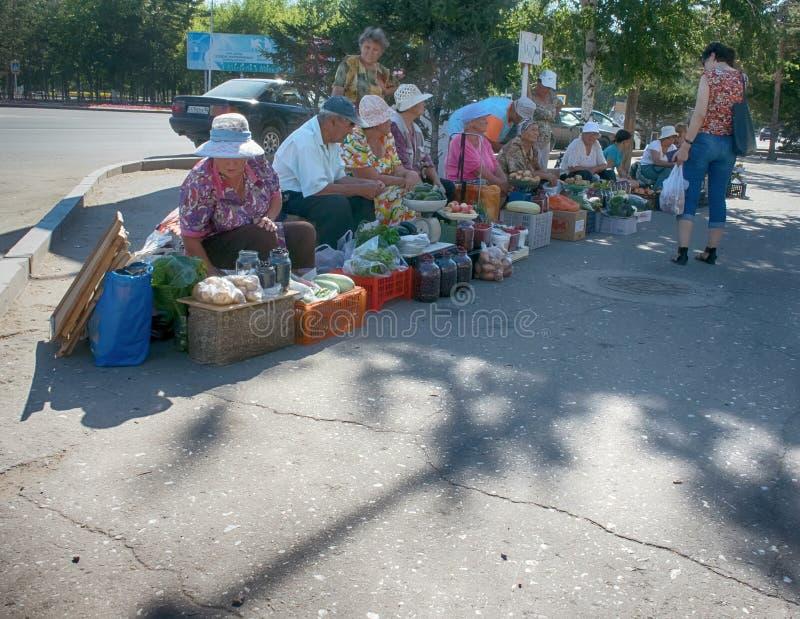 Fattig pensionerad farmor för gatahandel i varm sol arkivbilder