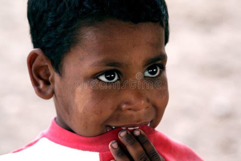Fattig pojke men lyckligt royaltyfria bilder