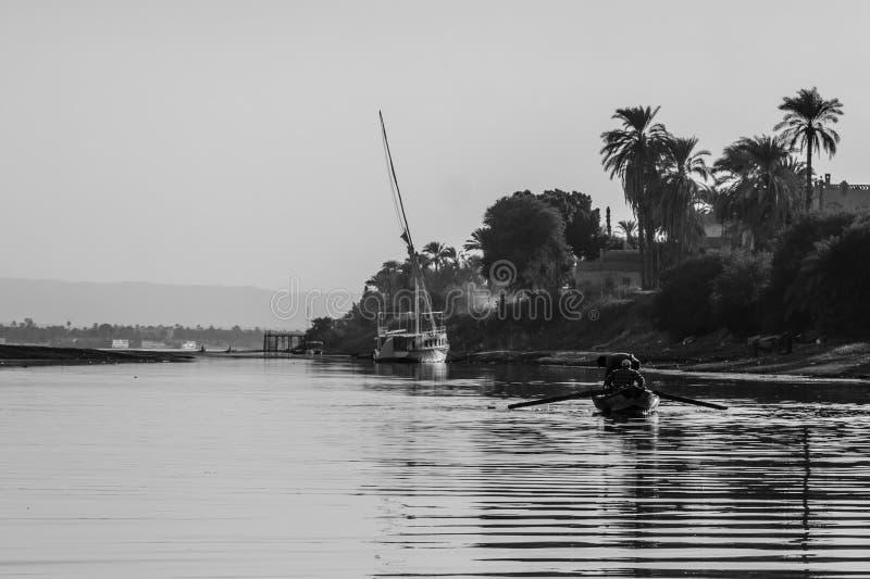 Fattiga egyptiska fiskare i fartyg p? Nilet River royaltyfria foton