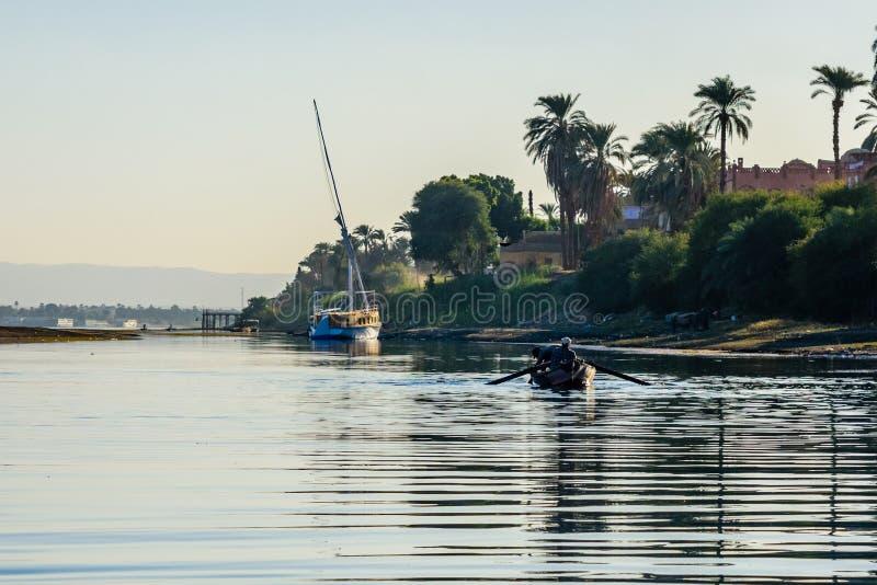 Fattiga egyptiska fiskare i fartyg p? Nilet River royaltyfri bild
