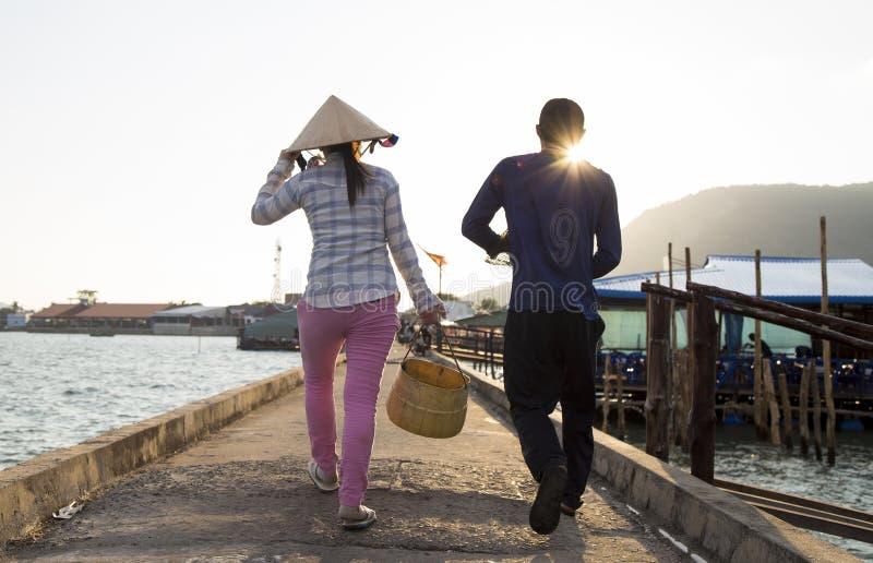 Fattiga och lyckliga asiatiska par som hem går arkivbild