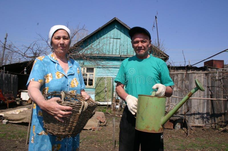 Fattiga ryska bönder i deras landshus arkivfoton