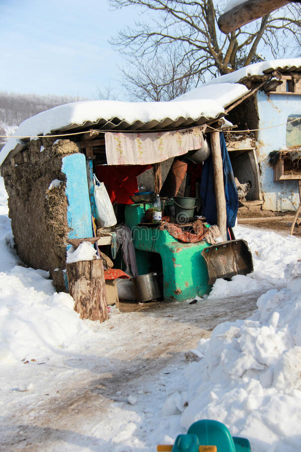 Fattigt hus i vinter royaltyfri bild
