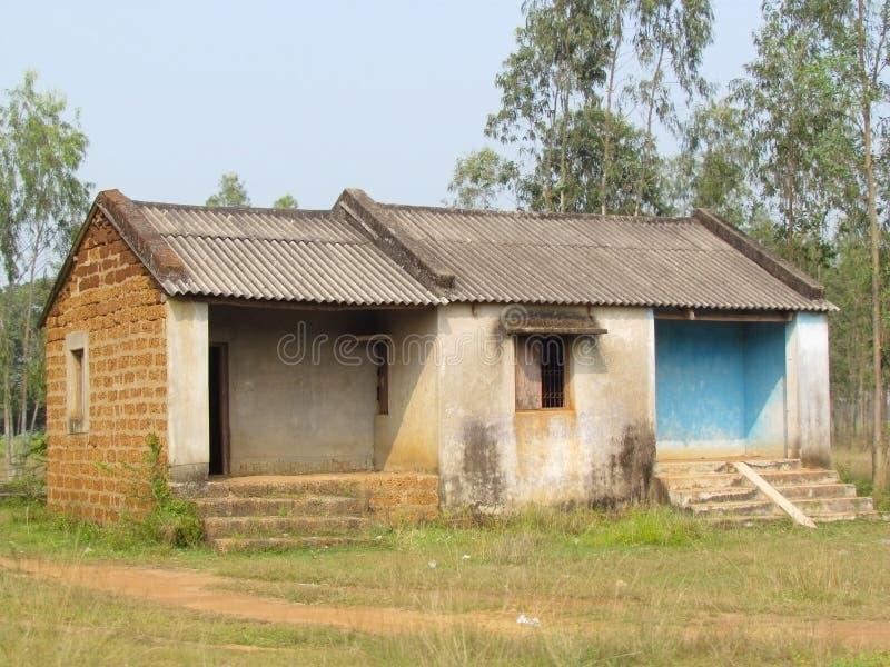 Fattigt indiskt tegelstenhus i teakskogen arkivfoton