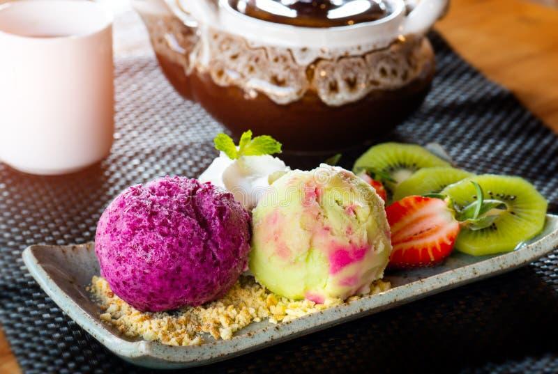 Fatto domestico gelato con frutta immagine stock libera da diritti