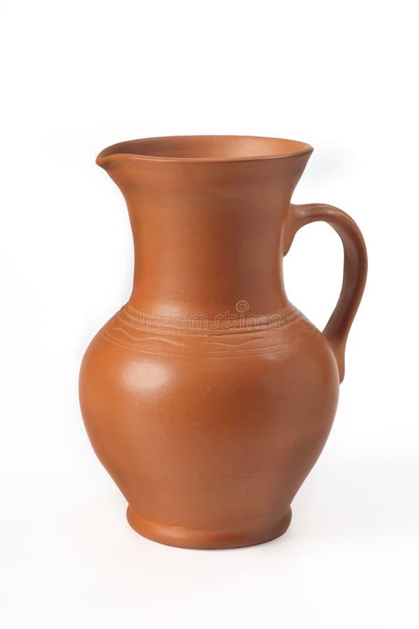 Fatto a mano ceramico del lanciatore con la maniglia Isolato su priorità bassa bianca fotografie stock libere da diritti