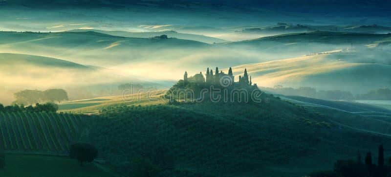 Fattoria in Toscana su un primo mattino in primavera immagini stock