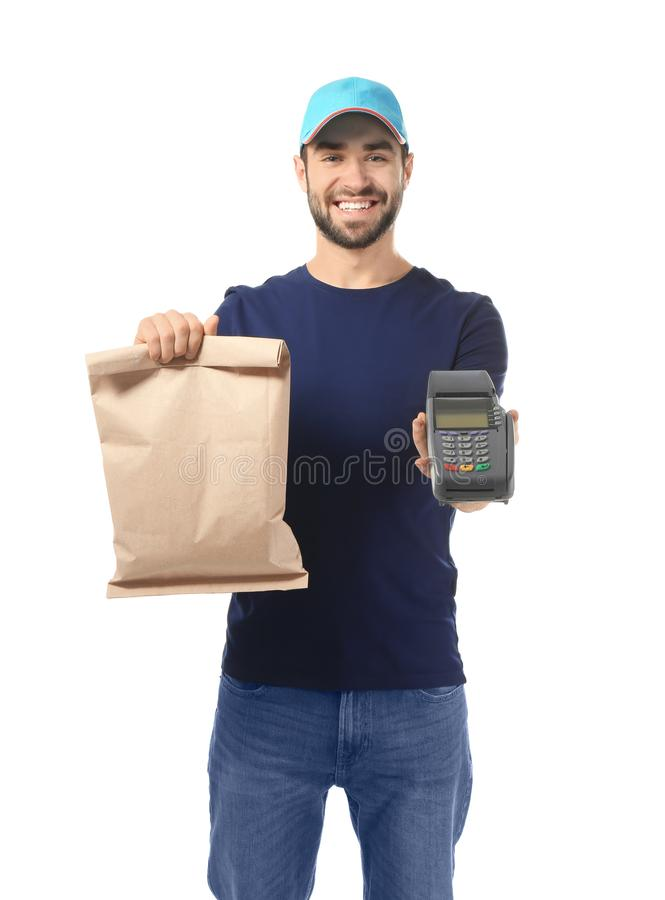 Fattorino che tiene sacco di carta con alimento ed il terminale di pagamento su fondo bianco fotografia stock libera da diritti